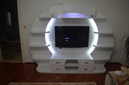 Sönmez ailesinin arka fonlu beyaz tv ünitesi
