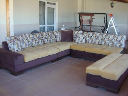 Şahinler ailesinin terası için seçtikleri sarı-kahve köşe takımı