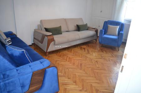 Şenpekmezci ailesinin mavi-krem tonlarındaki oturma odası