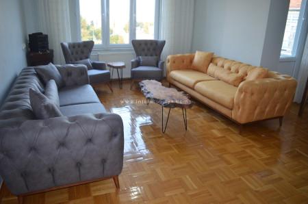 - Tetik ailesinin chesterlarla kombinlediği modern salon dekorasyonu