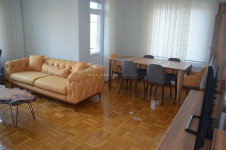 Tetik ailesinin chesterlarla kombinlediği modern salon dekorasyonu - Thumbnail