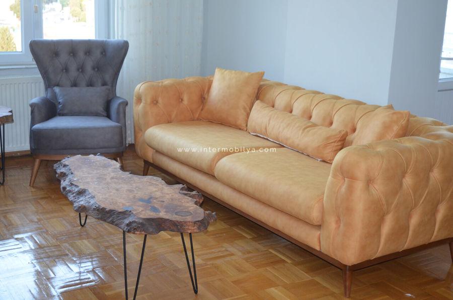 Tetik ailesinin chesterlarla kombinlediği modern salon dekorasyonu