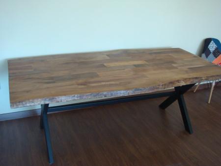 - Bükücü ailesinin chester ve masif masa ile rustik salonu (1)