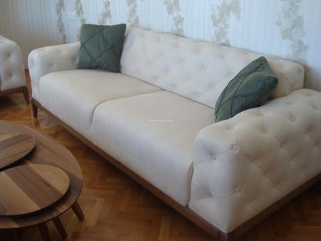 - Küçük ailesinin krem-yeşil kombinli oturma odası dekoru (1)