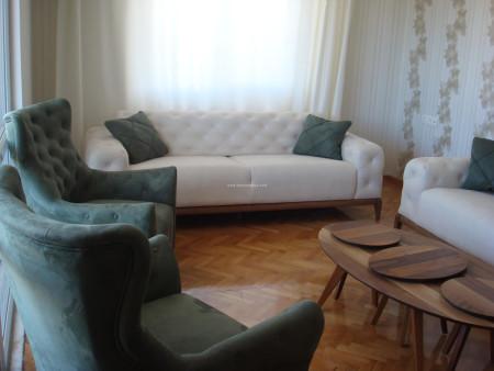 - Küçük ailesinin krem-yeşil kombinli oturma odası dekoru