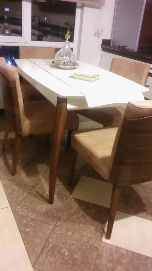 Hösükler ailesinin mutfakları için seçtikleri sırtı ahşap sandalye