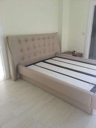 Özyurtseven ailesinin ekru-ceviz tonlarında modern yatak odası (1)