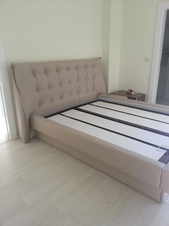 Özyurtseven ailesinin ekru-ceviz tonlarında modern yatak odası