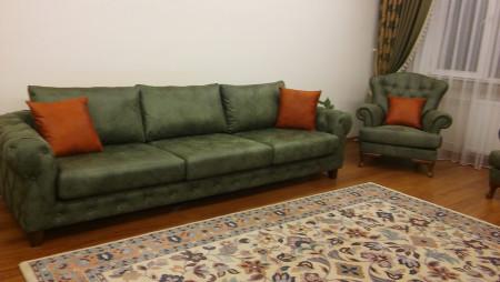 - Akınal ailesinin yeşil tonlarda nubuk kapitoneli oturma odası