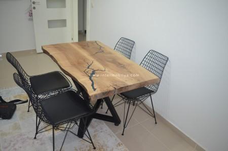 - Yıldırımer ailesinin epoksili ceviz kütük mutfak masası