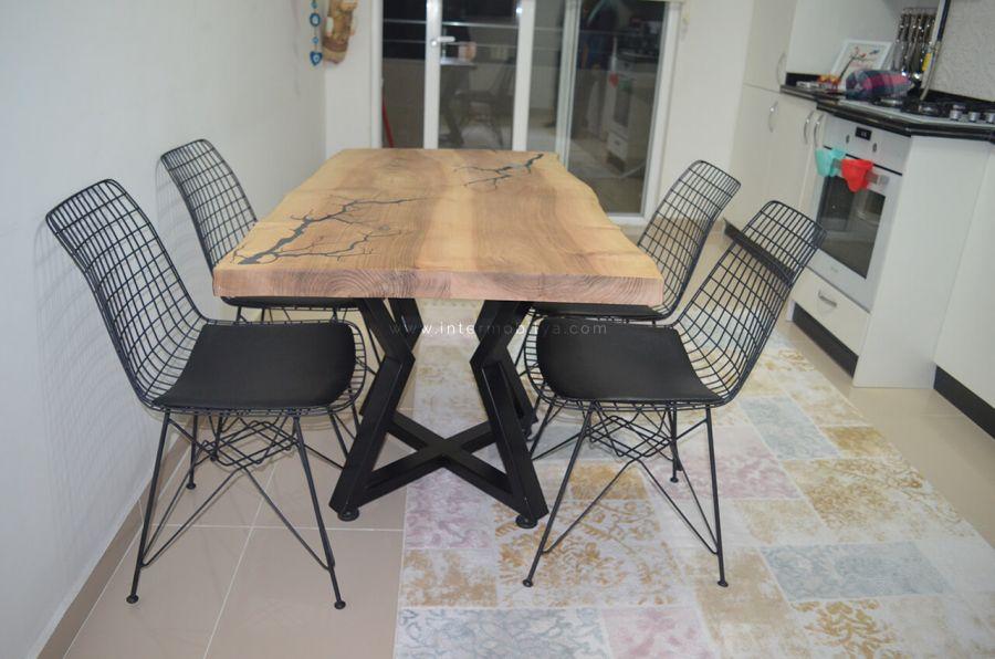 Yıldırımer Ailesi'nin epoksili ceviz kütük mutfak masası