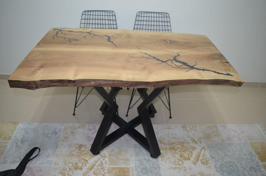 Yıldırımer ailesinin epoksili ceviz kütük mutfak masası