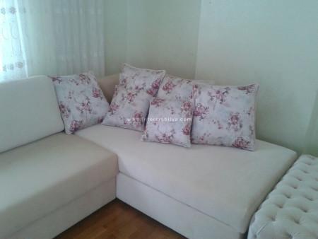 Sade renkler ve zarif bir dekor Hidayet ailesinin oturma odasında (1)