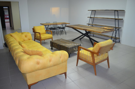- Ahşap bütünlüğün sarıyla canlandırıldığı Acar Ofis