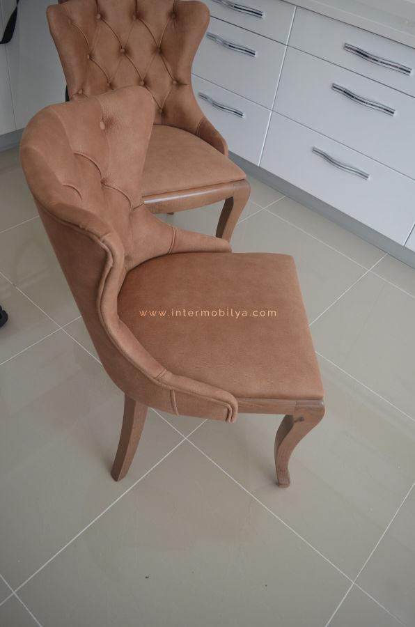 Kaplan ailesinin kullanışlı ve stil sahibi mutfak masası ve sandalyeleri