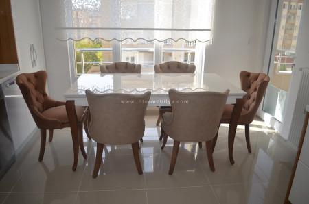 - Kaplan ailesinin kullanışlı ve stil sahibi mutfak masası ve sandalyeleri